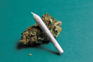 how to roll a joint -istock-agafapaperiapunta